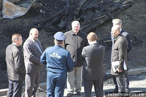 На фото: экстренное совещание на месте пожара