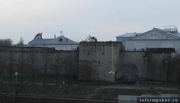 На фото: башни Псковского кремля после пожара