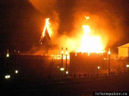 На фото: пожар в Псковском кремле
