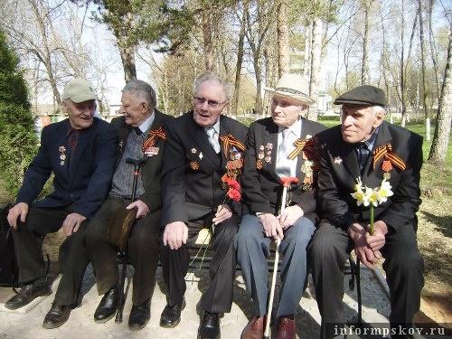 На фото: ветераны Невеля на открытии памятника