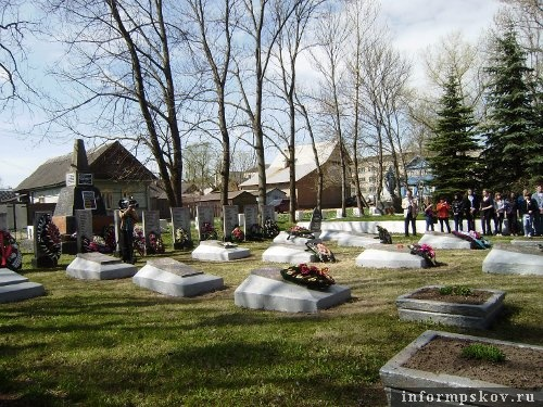 На фото: братское кладбище в городе Невеле