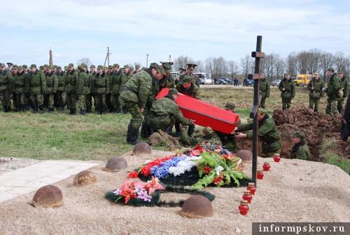 На фото: захоронение останков воинов, погибших на островской земле во время Великой Отечественной войны