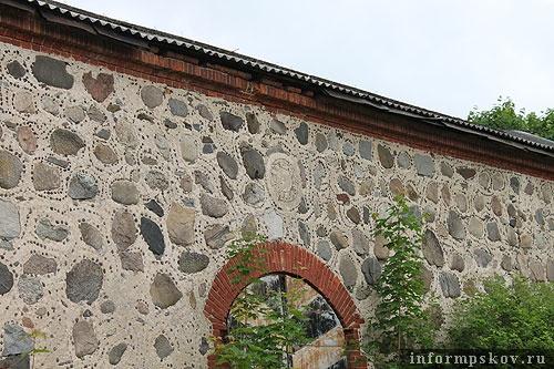 На фото: уникальный каменный склад