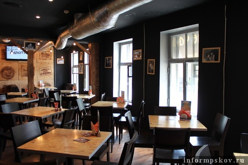 На фото: современный интерьер первого этажа дома Клюге - пивной бар