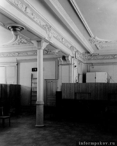 На фото: фрагмент интерьера операционного банковского зала. 2-й этаж. 1973 год (фото с сайта opskove.ru)