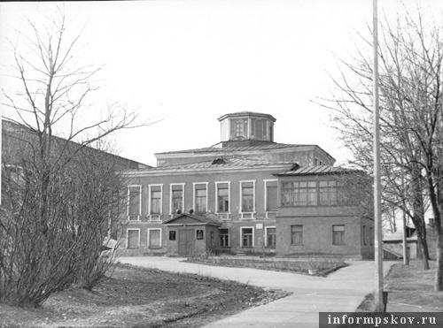 На фото: Дом Губернатора. Северный фасад. 1973 год (фото с сайта opskove.ru)