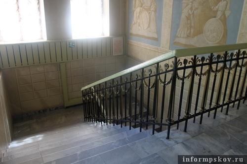 На фото: лестница с современной ковкой