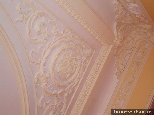 На фото: фрагмент сохранившейся лепнины на потолке (фото из архива Псковского отделения ГУ Центробанка)