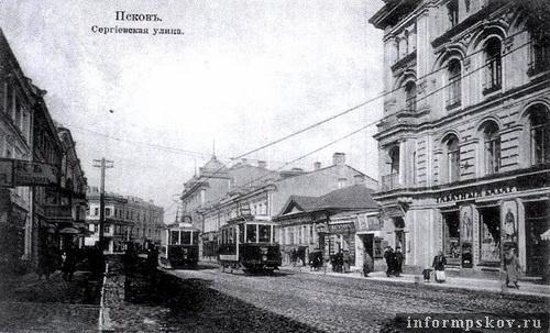 На фото: доходный дом Гессе - здание на преднем плане справа (фото с old-pskov.ru)