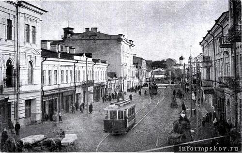 На фото: доходный дом Гессе - четырёхэтажное здание по левой стороне улицы (фото с old-pskov.ru)