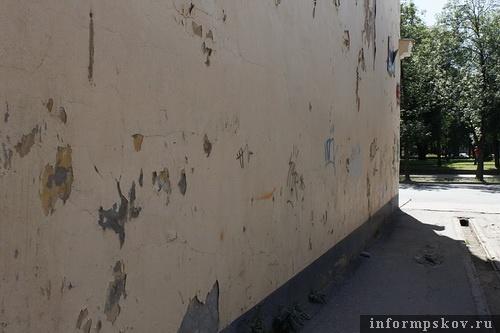 На фото: современная «наскальная живопись» и остатки штукатурки на памятнике архитектуры