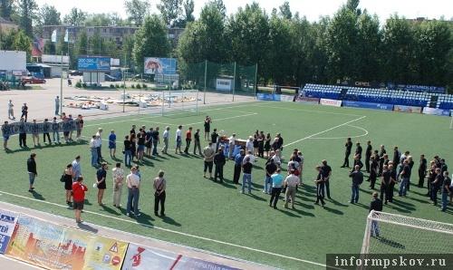 На фото: церемония прощания с Антоном Сенкевичем (фото с 747pskov.football-info.ru)