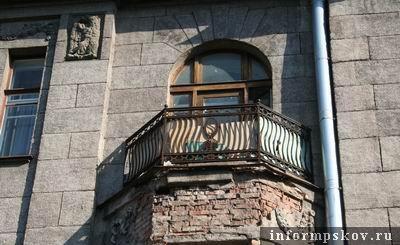 На фото: балкон с утраченной лепниной; медальоном с буквой «S»