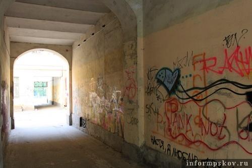 На фото: сквозные проезды под флигелем и домом Сафьянщикова