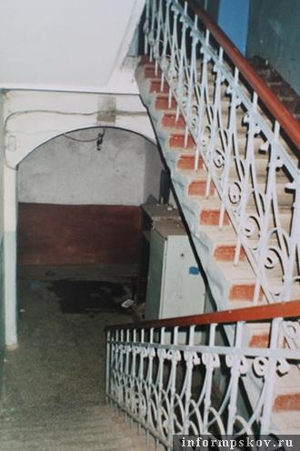 На фото: фрагмент интерьера дома. Парадная лестница на уровне первого этажа (фото из архива НПЦ)