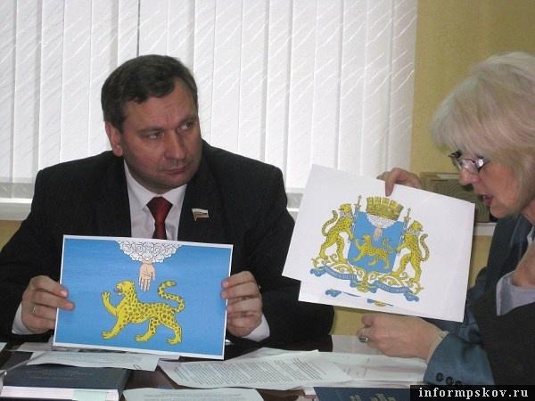 На фото: флаг и герб Пскова