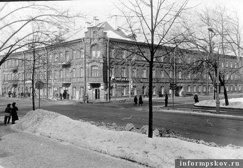 На фото: доходный дом Гельдта. 1987 год (фото с сайта opskove.ru)