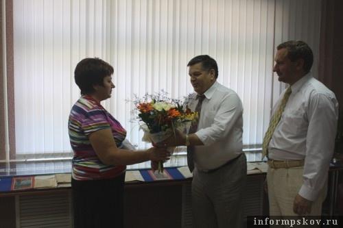 На фото: Вручение цветов Елене Бибиковой