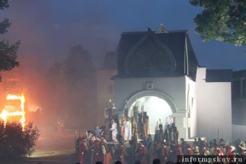 На фото: сцена из оперы. Ожидание Ивана Грозного в Пскове