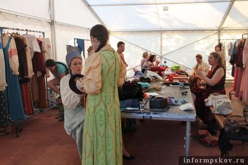 На фото: артисты оперы «Псковитянка» перед постановкой