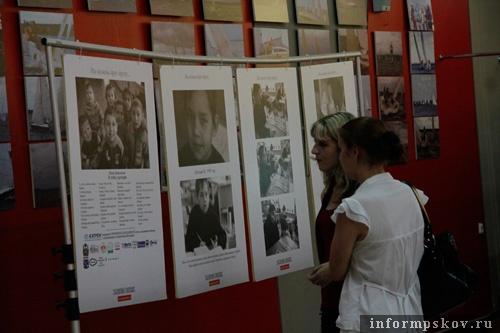 На фото: Посетители выставки