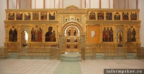 На фото: иконостас с Спасо-Елеазаровском монастыре (фото с http://www.pskov.ru/)