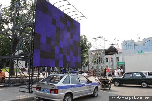 На фото: видеоэкран и сцена на Октяборьской площади