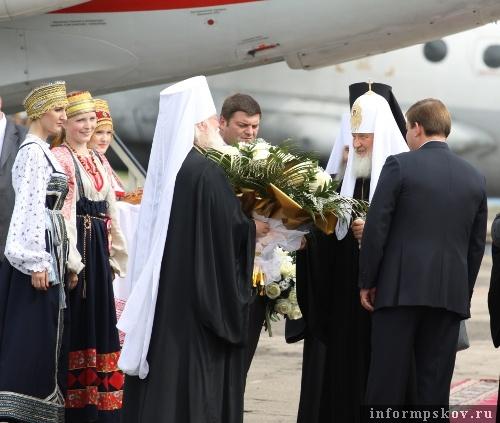 На фото: Патриарха Кирилла встречают на Псковской земле