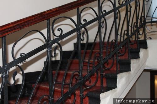 На фото: кованая решётка лестницы в доме Щербицкого