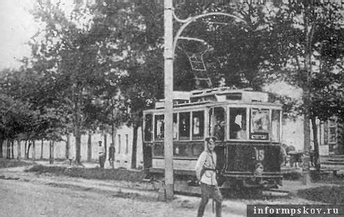 На фото: трамвай на бульваре