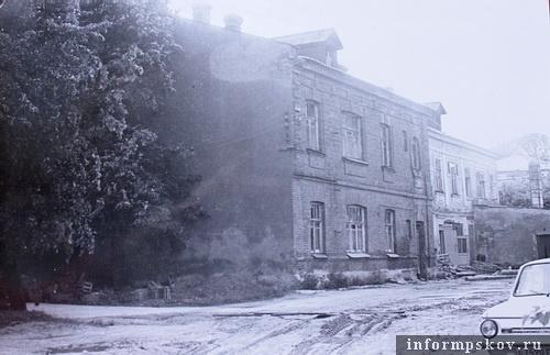 На фото: дворовый фасад доходного дома. (Фото 1986 года из архива НПЦ)