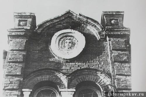 На фото: фрагмент главного фасада. (Фото 1986 года из архива НПЦ)