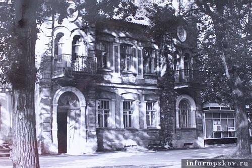 На фото: главный фасада дома Смирнова без банковских строений по бокам (Фото 1986 года из архива НПЦ)