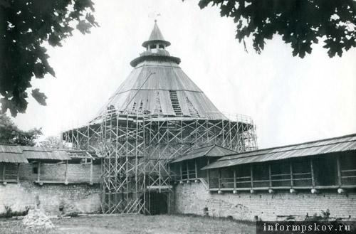 Покровская башня в «лесах» незадолго до пожара 1995 года. Фото М.И.Семёнова.