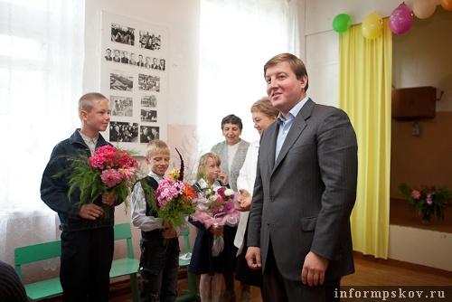 На фото: Андрей Турчак поздравляет залитских школьников с Днём знаний (фото с pskov.ru)