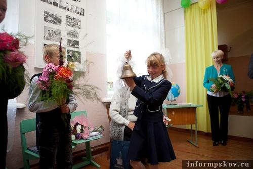 На фото: первый звонок в Залитской школе (фото с pskov.ru)