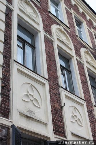 На фото: главный фасад здания. Окна второго и третьего этажей