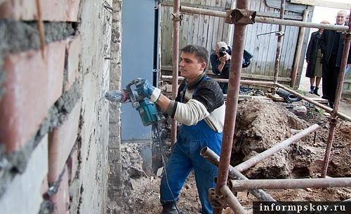 На фото: уничтожение кирпичной стены