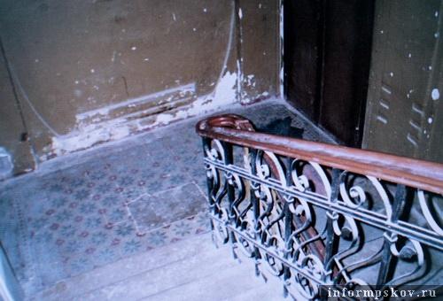 На фото: парадная лестница. Площадка 2-го этажа. 2004 год (Фото из архива НПЦ)