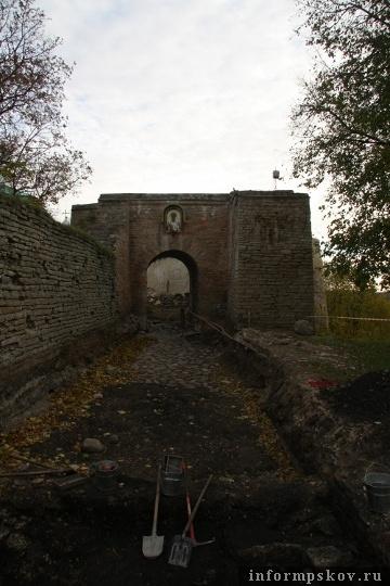 На фото: Никольский захаб Изборской крепости