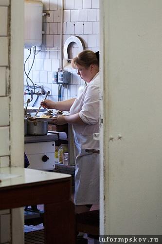 На фото: раздача еды в местном кафе
