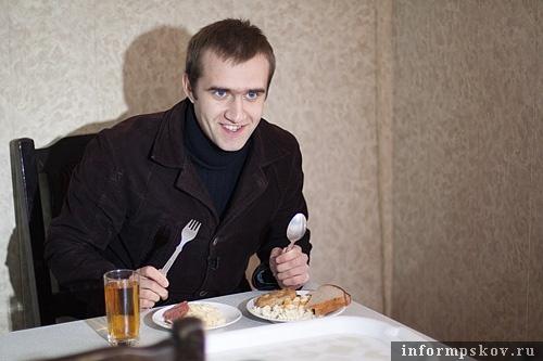 На фото: корреспондент «Телекома» в местной столовой