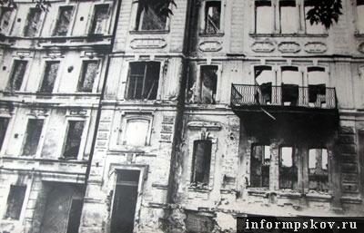 На фото: так выглядел дом после бомбёжки