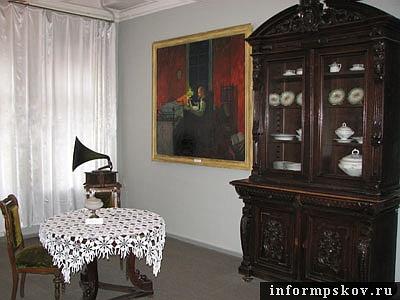 На фото: примерный интерьер комнаты в доходном доме начала XX века