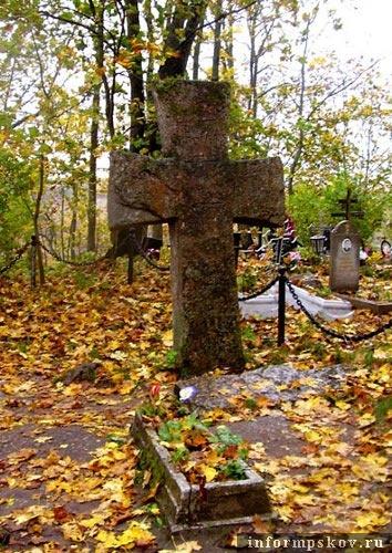 На фото: Труворов крест