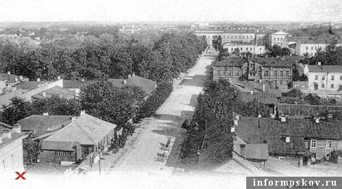 На фото: панорама Архангельской улицы. Крестом отмечен угол дома Батова