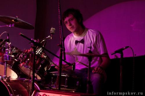 На фото: барабанщик Дмитрий