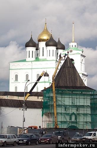 На фото: реставрационные работы на башне Святых ворот