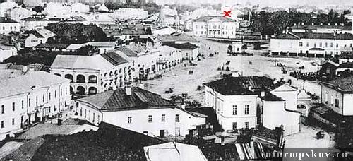 На фото: Торговая площадь, Великолуцкая улица. (Дом Брылкина обозначен крестом)