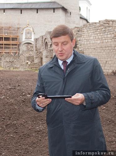 На фото: Андрей Турчак с ключом от Пскова